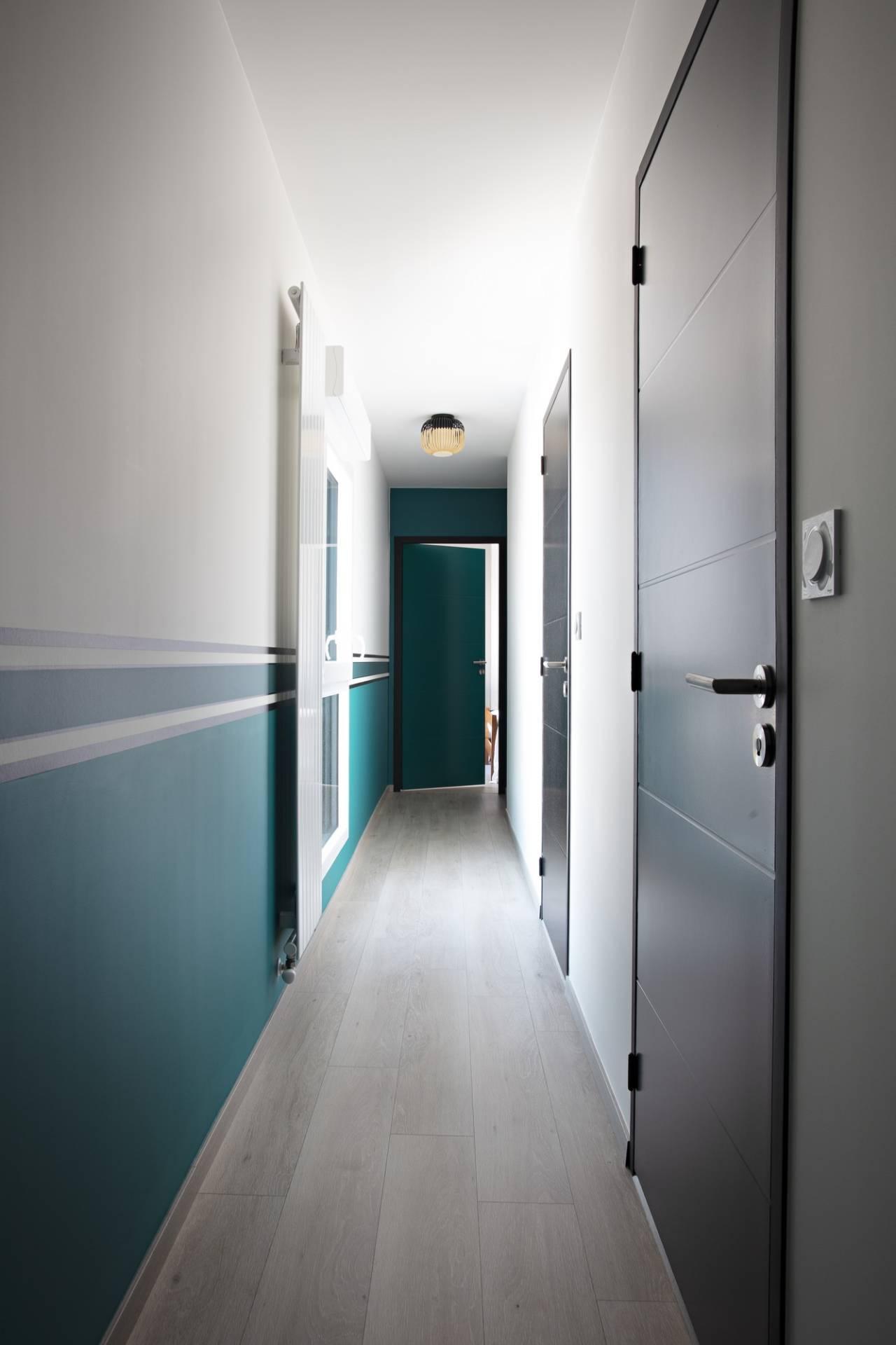 Décoration et agencement d'un appartement sur plans à Rennes - couloir avec soubassement frise bleu Sarah Lavoine portes noires plafonnier Bamboo noir, par Nathalie Bossard, Décoratrice d'intérieur, Rennes, Ille et Vilaine