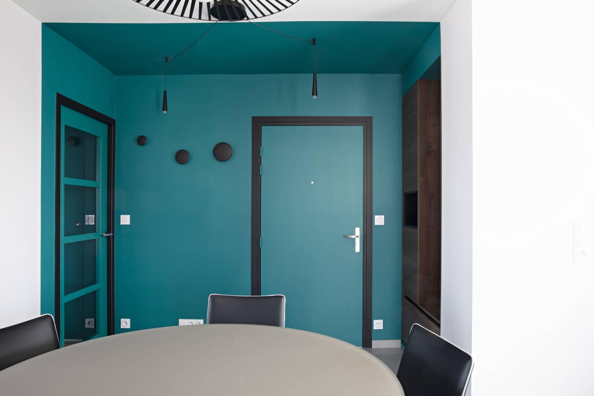 Décoration et agencement d'un appartement sur plans à Rennes - entrée comme une alcôve avec color zoning en bleu-vert et contours noirs patères noires, par Nathalie Bossard, Décoratrice d'intérieur, Rennes, Ille et Vilaine
