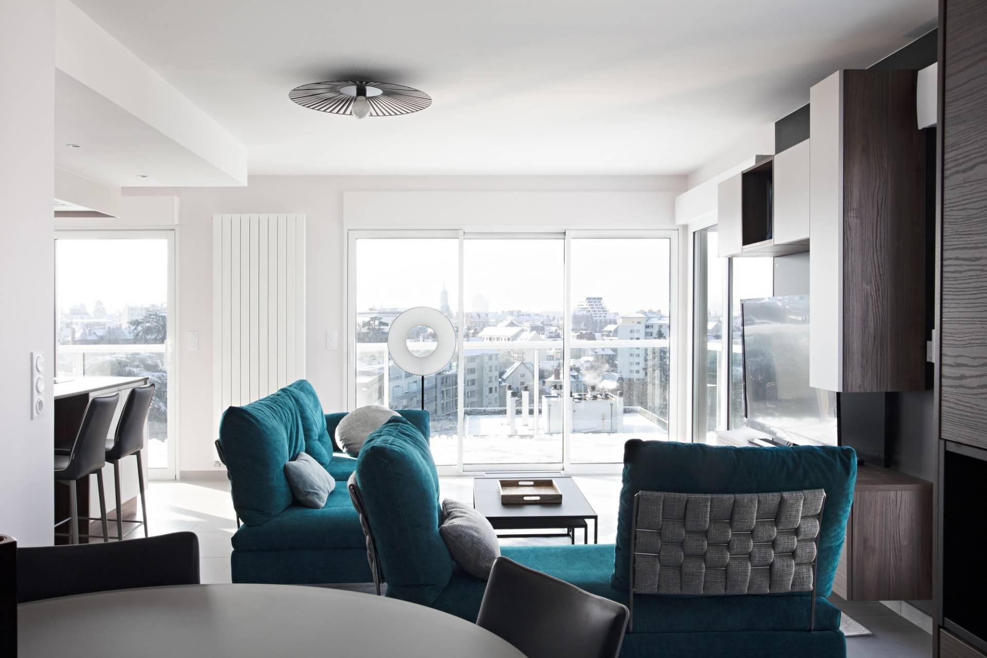 Décoration et agencement d'un appartement sur plans à Rennes - salon lumineux canapés bleu canard agencement TV sur-mesure liseuse Iris plafonnier Lucie