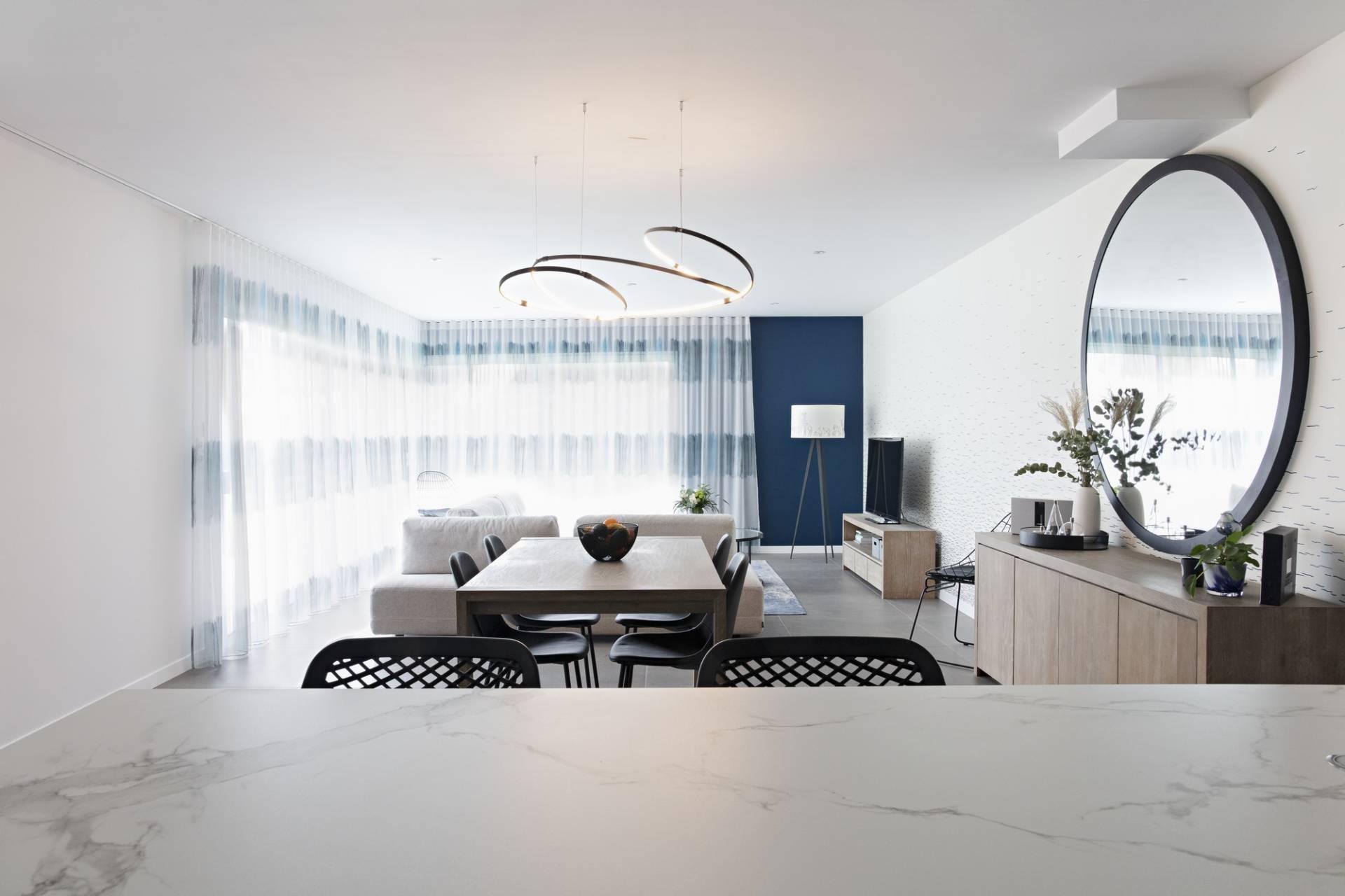 Décoration et agencement d'une maison sur plans à Bédée - cuisine salle à manger et salon lumineux blanc bleu bois et noir