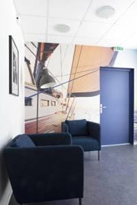 Décoration et agencement de bureaux à Saint Jacques de la Lande - Papier peint panoramique avec un voilier pour évoquer l'Atlantique, par Nathalie Bossard, Décoratrice d'intérieur, Rennes, Ille et Vilaine