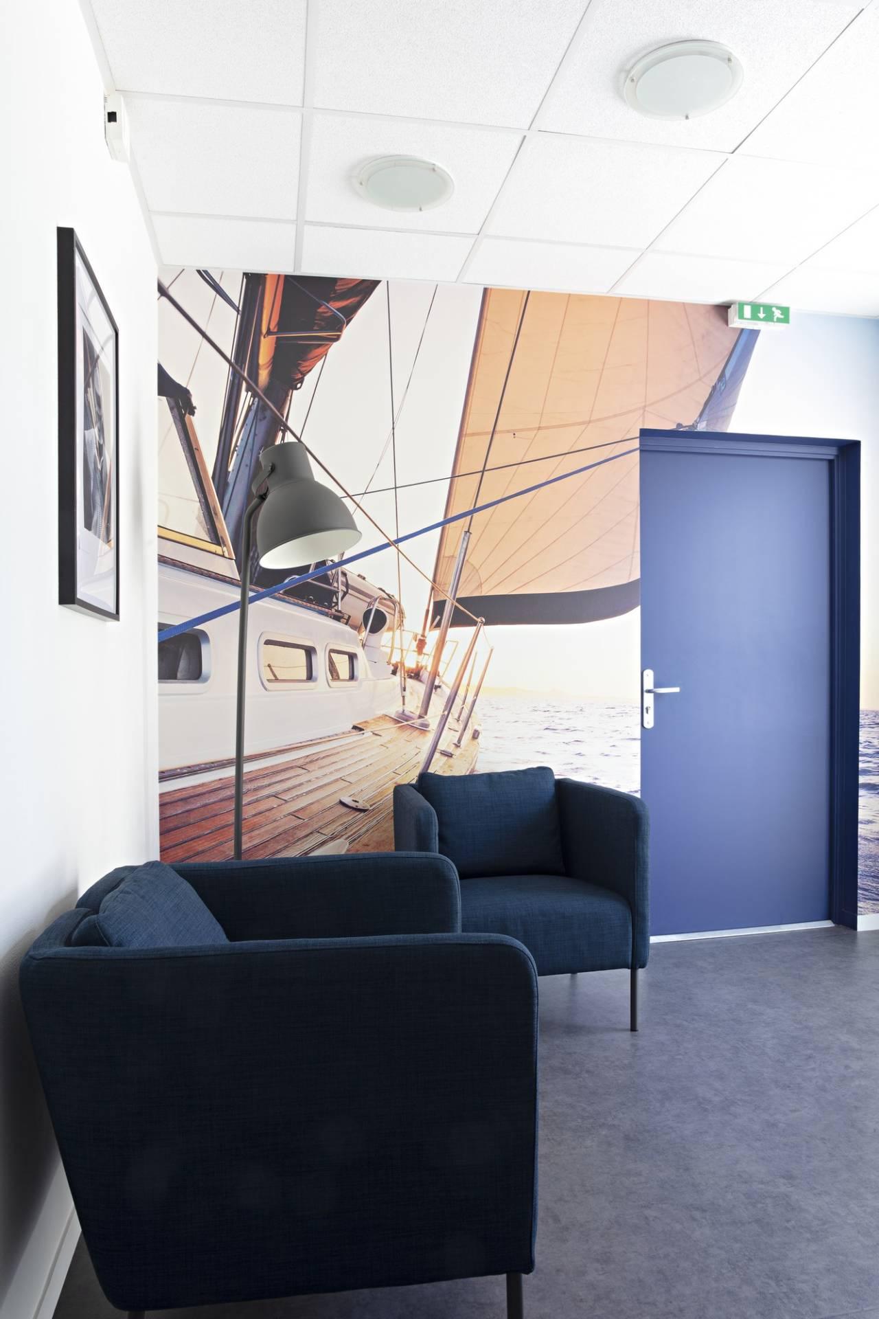 Décoration et agencement de bureaux à Saint Jacques de la Lande - Papier peint panoramique avec un voilier pour évoquer l'Atlantique