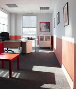 Décoration et agencement de bureaux à Saint Jacques de la Lande - bureau commercial avec un rouge stimulant et un gris corporate, par Nathalie Bossard, Décoratrice d'intérieur, Rennes, Ille et Vilaine