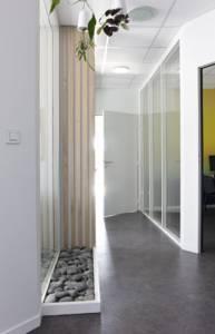 Décoration et agencement de bureaux à Saint Jacques de la Lande - placard remplacé par une baie vitrée, mur en tasseaux et galets au sol, par Nathalie Bossard, Décoratrice d'intérieur, Rennes, Ille et Vilaine