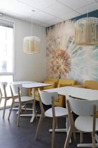 Décoration et agencement de bureaux à Saint Jacques de la Lande - salle de pause comme à la maison, apaisante avec le panoramique pissenlit, par Nathalie Bossard, Décoratrice d'intérieur, Rennes, Ille et Vilaine