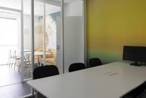 Décoration et agencement de bureaux à Saint Jacques de la Lande - salle de réunion lumineuse grande table blanche et bois, par Nathalie Bossard, Décoratrice d'intérieur, Rennes, Ille et Vilaine